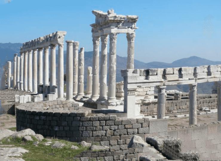 Фото храма Траяна в Пергаме