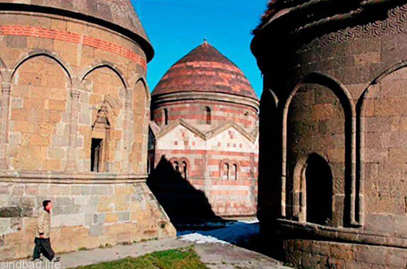 Гробница-мавзолей Уч Кюмбетлер
