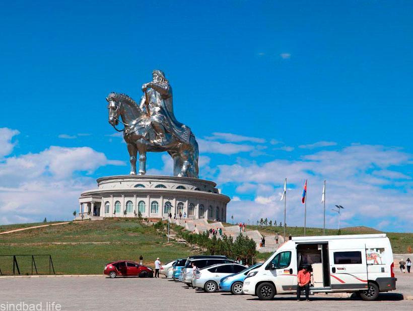 Чингисхана конная статуя
